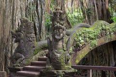Puente famoso del dragón en bosque sagrado del mono imagen de archivo libre de regalías