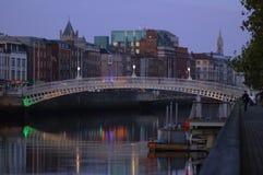 Puente famoso del medio penique en Dublín, Irlanda Imágenes de archivo libres de regalías