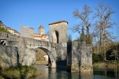 Puente famoso en la ciudad francesa Sauveterre-de-Bearn Imágenes de archivo libres de regalías