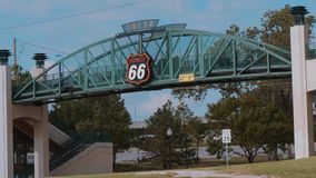 Puente famoso sobre Route 66 en Tulsa - los E.E.U.U. 2017 almacen de metraje de vídeo