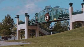 Puente famoso sobre Route 66 en Tulsa - los E.E.U.U. 2017 almacen de video