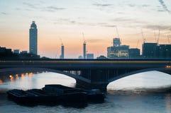 Puente ferroviario de Battersea antes de la salida del sol Imagen de archivo libre de regalías