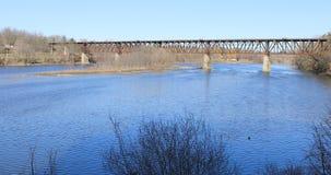 puente ferroviario de 4K UltraHD sobre el río magnífico en Cambridge, Canadá almacen de video