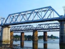 Puente ferroviario de la viga del braguero en el río de Shivnath, Durg Chhattishgarh Foto de archivo