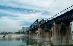 Puente ferroviario debajo del cielo azul foto de archivo libre de regalías