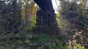Puente ferroviario/del ferrocarril sobre el río que fluye en Norteamérica/Canadá fotos de archivo libres de regalías