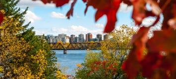 Puente ferroviario del Príncipe de Gales y horizonte de la ciudad del río y del capitolio de Ottawa Fotografía de archivo