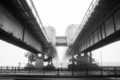 Puente ferroviario en una niebla Fotos de archivo libres de regalías