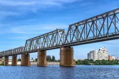 Puente ferroviario sobre el río Foto de archivo libre de regalías