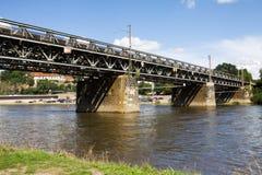 Puente ferroviario sobre el río de Elbe en la ciudad de Meissen imagen de archivo