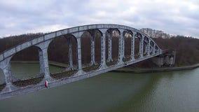 Puente ferroviario viejo almacen de metraje de vídeo