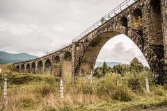 Puente ferroviario viejo en montañas cárpatas imagen de archivo libre de regalías