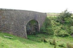 Puente ferroviario viejo sobre ferrocarril desmontado fotografía de archivo