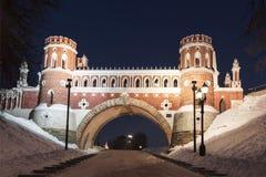 Puente figurado en tarde del invierno de Tsaritsyno del conjunto del palacio y del parque en el Año Nuevo y los días de fiesta de imagen de archivo libre de regalías
