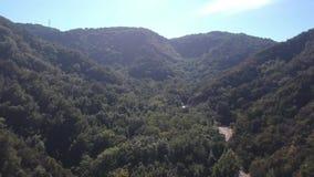 Puente frío de las primaveras cerca de Santa Barbara California Aerial Video almacen de video