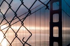 Puente Golden Gate de la salida del sol de la silueta encima de la parte posterior del punto de visión imágenes de archivo libres de regalías