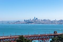 Puente Golden Gate en California con horizonte del puente céntrico de la bahía de San Francisco y de Oakland foto de archivo