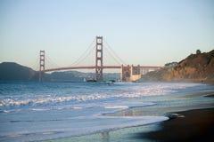 Puente Golden Gate en la puesta del sol - opinión de la playa de los panaderos imagen de archivo libre de regalías