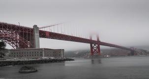 Puente Golden Gate en un día de niebla almacen de metraje de vídeo