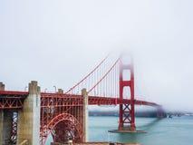 Puente Golden Gate es cubierto por la niebla en San Francisco Fotos de archivo libres de regalías