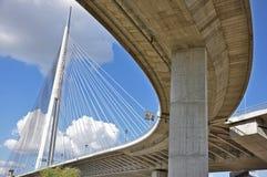 Puente grande de la ciudad foto de archivo