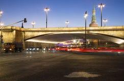 Puente grande de Moskvoretsky en la noche en una Moscú, Rusia Fotos de archivo