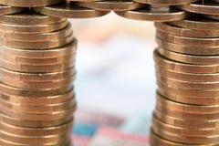 Puente hecho de monedas Imagen de archivo libre de regalías