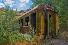 Puente hecho del coche de tren abandonado viejo en Georgia imagen de archivo