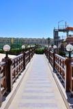 Puente hermoso con las verjas y las lámparas de madera Fotografía de archivo