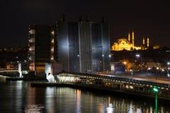 Puente hermoso de Galata en la noche Fotos de archivo libres de regalías