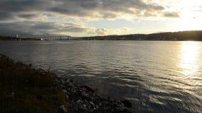 Puente hermoso de la isla de la ciudad del tromsoe con agua clara fría del fiordo y el contexto poderoso de la cordillera metrajes
