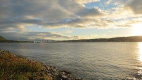 Puente hermoso de la isla de la ciudad del tromsoe con agua clara fría del fiordo y el contexto poderoso de la cordillera almacen de metraje de vídeo