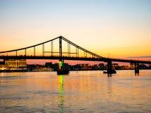 Puente hermoso de la noche sobre el Dnieper en Ucrania en la puesta del sol fotografía de archivo libre de regalías