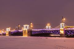 Puente hermoso del palacio en Neva River en St Petersburg en Rusia foto de archivo