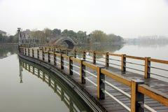 Puente hermoso en parque de la ciudad de los chinses foto de archivo libre de regalías