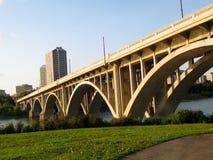 Puente hermoso en Saskatoon, SK Canadá imagenes de archivo