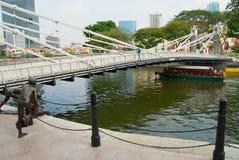 Puente histórico de Cavenagh sobre el río de Singapur en Singapur imagen de archivo