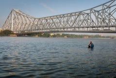 Puente histórico de Howrah en el río Hooghly el Ganges Foto de archivo libre de regalías