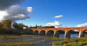 Puente histórico, Kuldiga, Latvia. Imagen de archivo libre de regalías