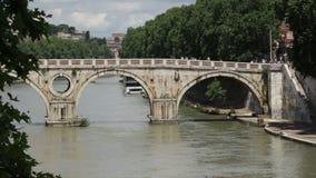 Puente histórico viejo en Roma almacen de metraje de vídeo