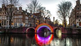 Puente holandés tradicional viejo en el primer del canal de la ciudad Foto de archivo