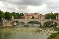 Puente IL Tevere un Ponte Vittorio Manuel II en Roma, Italia imagen de archivo