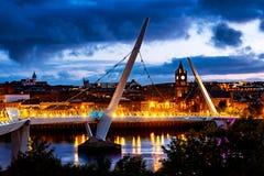 Puente iluminado de la paz en Derry Londonderry en Irlanda del Norte Imagen de archivo libre de regalías