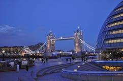 Puente iluminado de la torre en Londres fotos de archivo