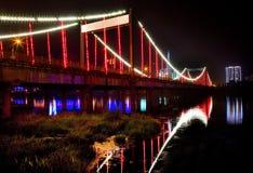 Puente iluminado en la noche foto de archivo libre de regalías