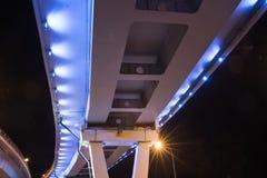 Puente iluminado en la noche Fotos de archivo