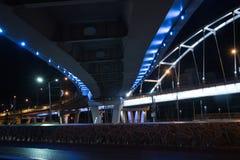 Puente iluminado en la noche Fotografía de archivo