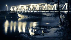 Puente iluminado en la noche en invierno Fotografía de archivo libre de regalías