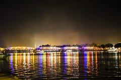 Puente iluminado en la noche en tonalidad, Vietnam fotos de archivo