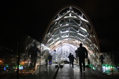 Puente iluminado en Tbilisi Imágenes de archivo libres de regalías